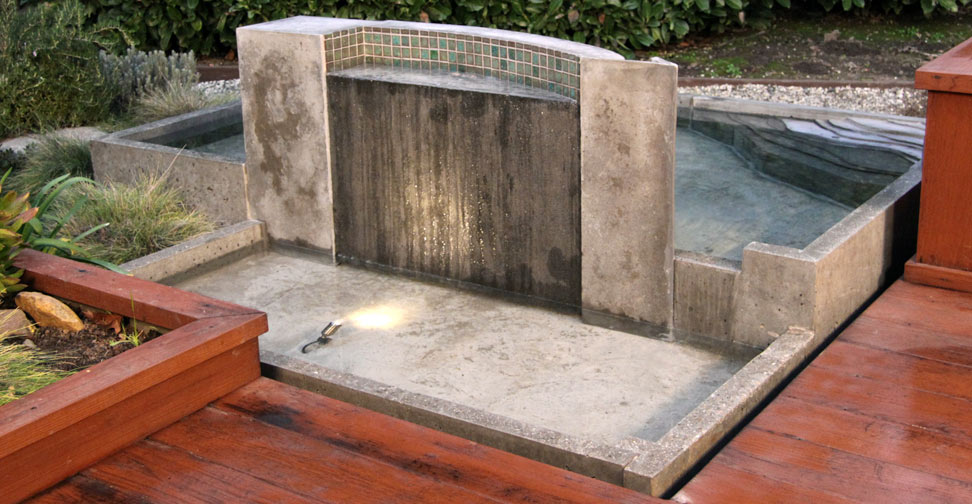 Charmant Backyard Oasis With Concrete Water Wall
